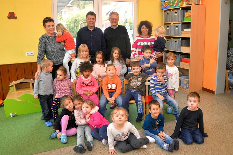 Neben den Kindern des Johannes Kindergartens sind auf dem Bild v. links: Erzieherin Lily Schwarz, Citymanager Thomas Kreidler, Pfarrer Michael Keller, Kindergartenleiterin Gaby Vogt.